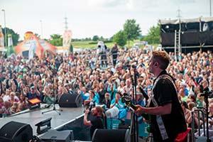 Blick von der Bühne auf Dorffest-Publikum