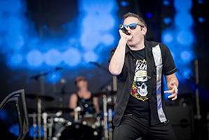 Sänger im blauem Bühnenlicht auf einer Betriebsfeier in Schleswig Holstein