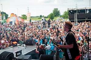 Sänger mal als Bassist auf der NDR Sommertour