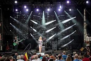 Sängerin auf grosser Bühne im silbernen Glitzerkleid bei einer Betriebsfeier in Thüringen
