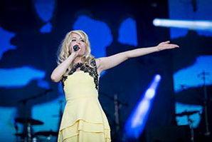 Sängerin im schicken, gelbem Kleid auf einer Betriebsfeier in Mecklenburg Vorpommern