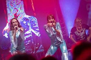 Beide Sängerinnen im blauen Glitzerkostümen bei einer Betriebsfeier in Schleswig Holstein