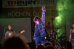 Sänger im Outfit von Wolfgang Petry auf einer Firmenfeier