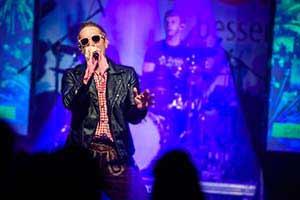 Sänger in Lederhose singt Song von Gabalier auf einer Firmenfeier