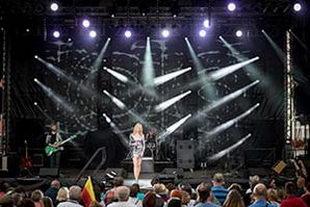 Sängerin im silbernem Kleid auf großer NDR-Sommertour-Bühne