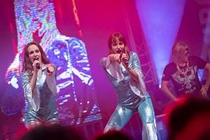 Beide Sängerinnen im ABBA Kostüm auf einem Stadtfest