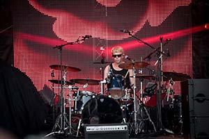 Schlagzeuger vor roter LED-Leinwand