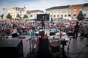 Blick von der Bühne aus über den Drummer hinweg zum Publikum