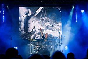 Schlagzeuger vor Videoleinwand