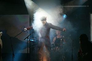 Sänger als Michael Meyers auf einer Box im Nebellicht