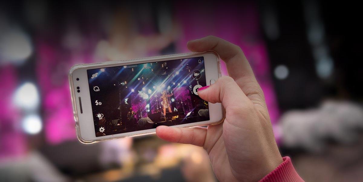 Schlager Partyband, Coverband, Band - Titelbild. Partyband wird mit Handy bei einem Stadtfest fotografiert.
