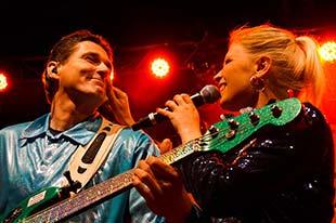 Bassist und Sängerin eng nebeneinander