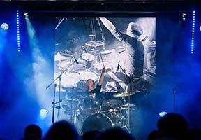 Schlagzeuger auf LED Leinwand