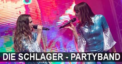 Pressebild, Beide Sängerinnen im blau-weissem Kostüm