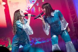 Zwei Sängerinnen in Kostümen bei einer Betriebsfeier in Hamburg