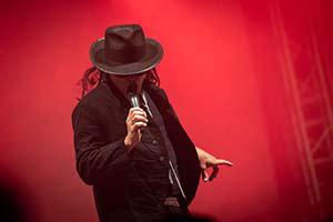 Sänger als Udo Lindenberg verkleidet bei einer Schlagerparty