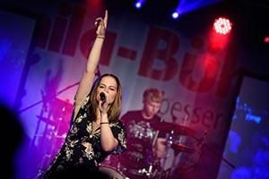 Sängerin auf der Bühne bei einem Stadtfest in Schleswig Holstein, Kiel
