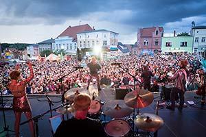 Blick von der Bühne zum Publikum. Stadfest mit der NDR Sommertour