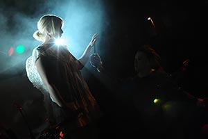 Sängerin als Engel im hellem Scheinwerferlicht